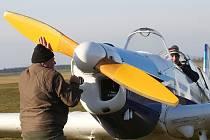KAŽDOROČNĚ O SILVESTRA se na letišti v Roudnici nad Labem scházejí příznivci létání, aby se ve vzduchu rozloučili s uplynulým rokem