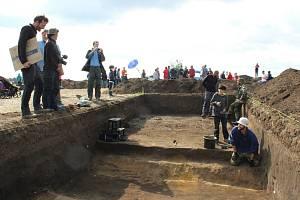 Archeologové u Dušníků nedaleko hory Říp odhalili zachovalou mohylu z doby asi 3800 let př. n. l. Tento týden se s jejich výzkumem mohla seznámit i široká veřejnost.
