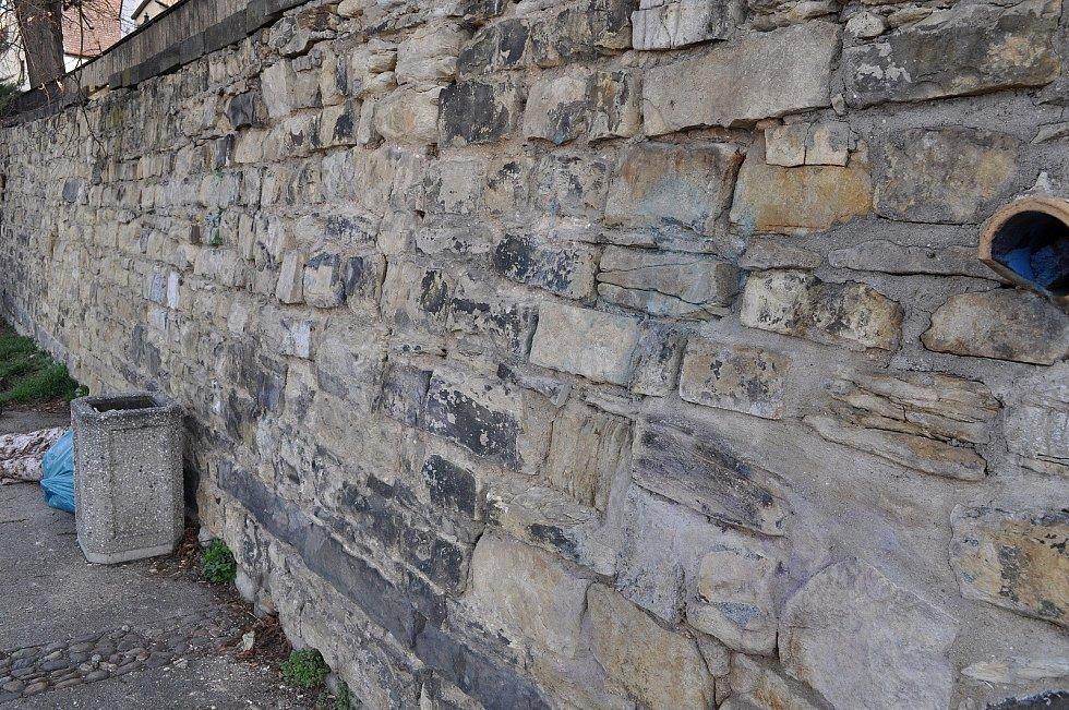 Nasprejované nápisy, které se na zdích litoměřických parkánů objevily před několika měsíci, jsou z historického zdiva pryč.