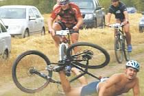 PÁD. Při zatím poslední akci Krále Středohoří, kterou byl Házmburk Xtreme triatlon, došlo i k několika nepříjemným pádům. Ten postihl i Petra Břicháčka (BTT Libochovice), který nakonec skončil na 51. příčce.