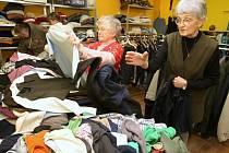 ŠATNÍK V NOVÉM. Lidé mohou odevzdávat oblečení v nové budově litoměřické Diecézní charity, a to v ulici Kosmonautů.