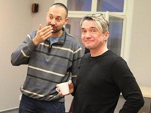 Soutěžící Ondřej Kocián (vlevo) se spisovatelem Milošem Urbanem (vpravo).