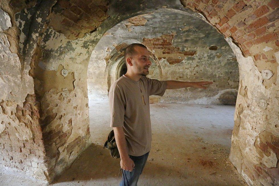 V PRVNÍ PROHLÍDKOVÉ TRASE v okolí rekonstruovaného pevnostního objektu Retranchement  2 si návštěvník může vybrat Muzeum Terezín, strážnici u Litoměřické brány nebo i obranné postavení v podzemí.