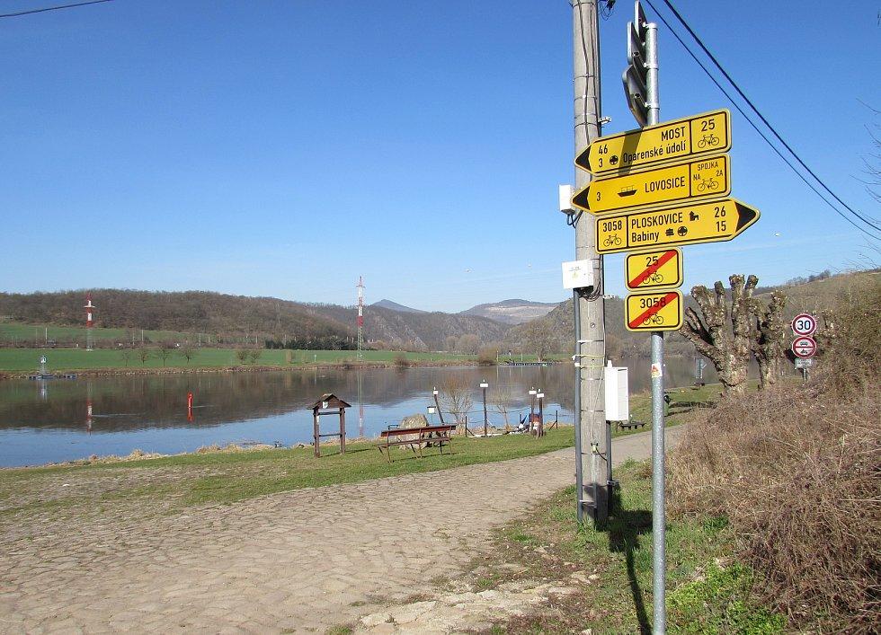 Pěšími i cyklisty oblíbené místo v okolí přívozu ve Velkých Žernosekách, kde vede i Labská stezka, se probouzí do jarní sezóny.