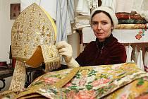 Pro slavnostní instalaci nových kanovníků unikátní oděv restaurovala Pavla Hampton z Krojového ateliéru Zlatá srnka v Litoměřicích.