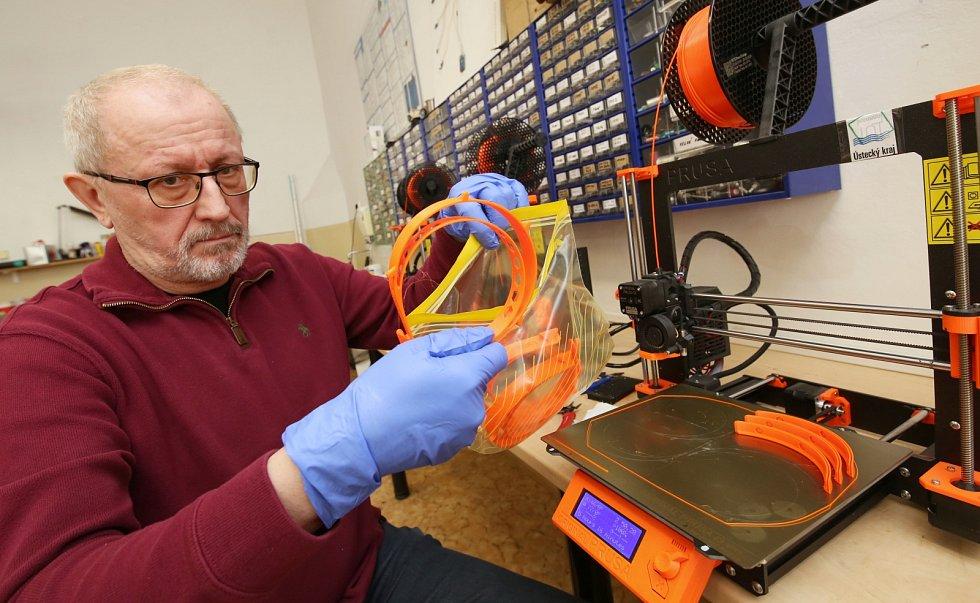 Členové technického klubu mládeže v Litoměřicích tisknou na 3D tiskárnách ochranné štíty pro zdravotníky.