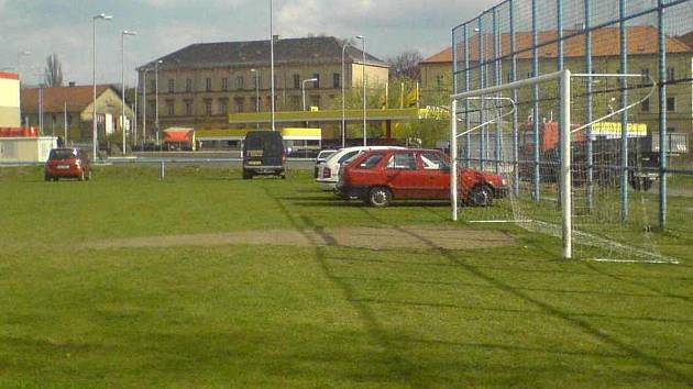 Auta lidé parkují přímo na fotbalovém hřišti