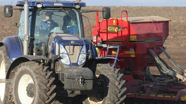 NA MÍSTO sněhu sečka. Teplé počasí umožňuje některým zemědělcům na Litoměřicku a Podřipsku začít s výsevem. Na polích je možné vidět sečky nezvykle brzy v okolí Lovosic nebo Bohušovic.