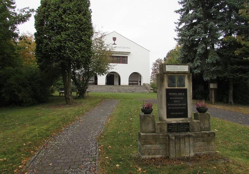 Mezi dominanty Chotiněvse patří kostel Českobratrské církve evangelické. Postaven byl teprve v letech 1950–1951. Před ním se nachází také památník osvobození.