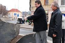 Hejtman Jiří Šulc se starostou Litoměřic Ladislavem Chlupáčem slavnostně otevírají novou okružní křižovatku u domu kultury.
