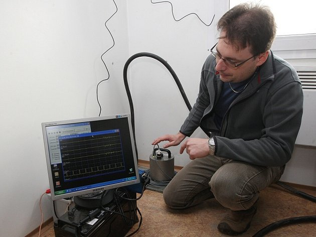 Seismolog Milan Brož z Ústavu struktury a mechaniky hornin Akademie věd ČR představuje jednu ze čtyř seismologických stanic, které sledují otřesy země v okruhu kolem litoměřického vrtu. Ta je tak citlivá, že je schopna zaznamenat  otřesy až v Japonsku.