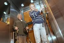 PRVNÍ JÍZDA. V pondělí se v litoměřické Knihovně K. H. Máchy prvně rozjel výtah, o jehož potřebnosti lidé přesvědčili radnici na loňském městském fóru Desatero problémů Litoměřic.