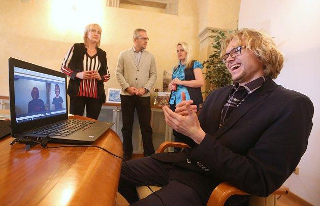 Město začalo poskytovat službu v komunikaci s úřadem ve znakové řeči.