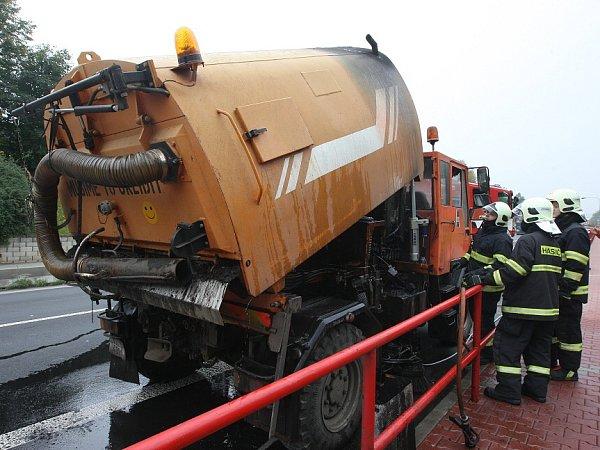 Na hlavní silnici od Ústí nad Labem směrem na dálnici D8 vLovosicích nedaleko Lidlu hořel vpátek odpoledne zametací stroj Správy a údržby silnic Ústeckého kraje.