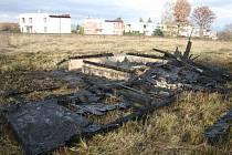 V Houskově ulici v Roudnici nad Labem hořela opuštěná chatka.