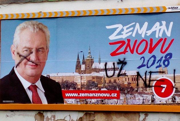 Zemanovi odpůrci vLitoměřicích ukázali, co si osoučasném prezidentovi myslí.
