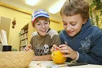 PODZIMNÍ POSTAVIČKY z přírodních materiálů vyráběli v pondělí malí čtenáři v Městské knihovně Lovosice.