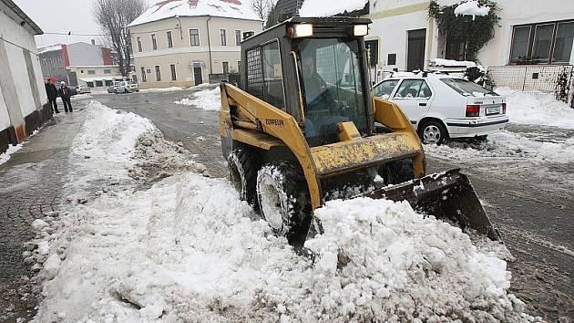 Roudnické městské služby uklízejí sníh ve městě.