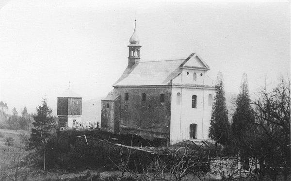 Uvěřit původní podobě kostela sv. Havla vBílém Kostelci uměsta Úštěk je vdnešních dnech téměř nemožné. Vruinu se definitivně proměnil v70. letech 20.století, kdy se dočkal zhroucení střechy.