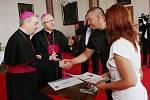 Předávání šeků od papeže v Litoměřicích