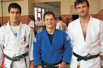 OLYMPIONICI. Na týdenním soustředění v Litoměřicích pobývali v uplynulých dnech jediní dva zástupci, kteří budou české judo reprezentovat na letošních LOH v Pekingu. Na snímku jsou zleva Jaromír Ježek, Pavel Petřikov a trenér Petr Lacina.