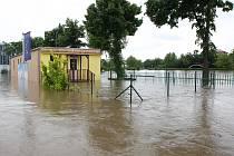 VODA NA KOUPALIŠTI. Areál lovosického koupaliště se nachází u Labe. Byl výrazně poškozen povodní 2002 i 2013.