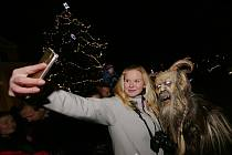 V Radovesicích spojili rozsvícení vánočního stromu s Krampus show.