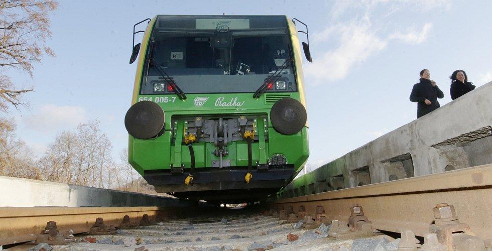 Švestková dráha začne od soboty jezdit pravidelně podle jízdního řádu. V týdnu si trať mohli projet zástupci médií.