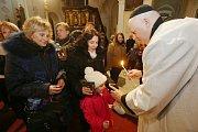 Rozdávání Betlémského světla v katedrále Sv. Štěpána