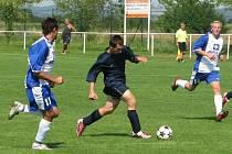 V utkání Štětí (dorost) - FK Litoměřice 4:3 (3:1) prochází litoměřickou obranou štětský záložník AlešJanza, autor tří branek