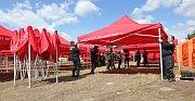 Výstavba stanového městečka na Hasičské slavnosti.