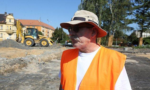 Na snímku archeolog Jindřich Langhamer.