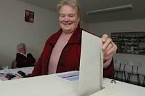 Předsedkyně volební komise v Horních Řepčicích Libuše Veselá dává svůj hlas těm, kdo by měli po více než dva roky, které zbývají do řádných komunálních voleb, vést malou obec na Litoměřicku k lepším podmínkám pro život místních lidí.