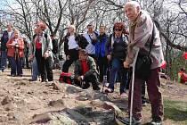 Parkinsonici vystoupali na horu Říp.