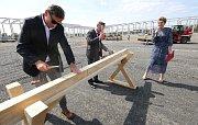 Ve Štětí staví velkokapacitní pilu pro vlastní zpracování dřeva.