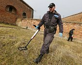 Strážník Tomáš Rotbauer a preventista kriminality v Terezíně sbírali poházené injekční stříkačky