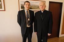 Biskup Jan Baxant (vpravo) s ředitelem litoměřické nemocnice Leošem Vysoudilem.