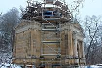 MAUZOLEUM nechal pro svou rodinu v roce 1881 postavit velkopodnikatel a majitel liběšického panství Josef Edler Schroll. Jeho potomci majetek drželi do roku 1945.