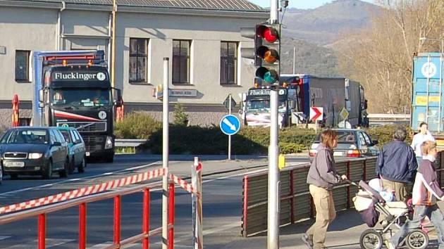 Každodenní dopravní situace na kruhové křižovatce u lovosické Besedy