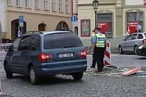 MÍSTO NEHODY. Značku, která přikazuje odbočit vpravo, řidiči nerespektují. Někteří bezohledně jezdí i středem náměstí.