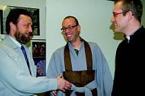 Páteru katolické církve M. Čigášovi, V. Sáňkovi z Islámského centra a J. Koldovskému, opatu zenové školy Kwan Um, nedělalo problém si vzájemně podat ruce, ačkoli jsou  jiného vyznání.