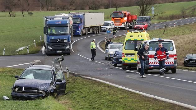 Nehoda na silnici 1/15 u Ploskovic. Archivní foto