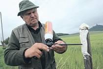 Na snímku je předseda honebního společenství v Klapém Václav Picha při aplikaci ohradníku.
