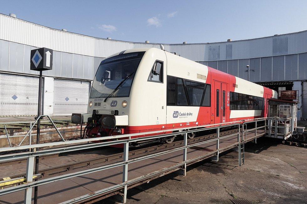 Nové soupravy Stadler RS1 typu RegioSpider mají na trať vyrazit už v létě.