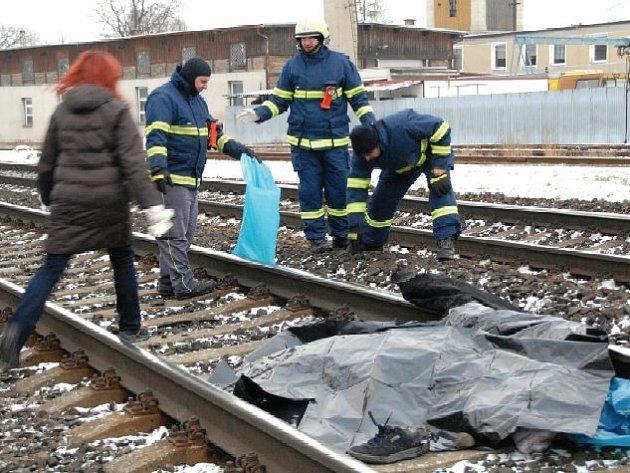 Mrtvolu 40letého muže objevili ve čtvrtek ráno v kolejišti v Lovosicích, poblíž nákupního centra Lidl. Na místě zasahoval také Hasičský záchranný sbor Českých drah.