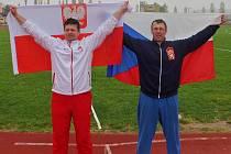 SPOLU. S Jaroslavem Smělým (vpravo) soupeř, kamarád a bronzový z kladiva a břemena Tomasz Jankowski z Polska.