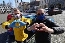 Na náměstí v Litoměřicích si zazpívali společně proti koronaviru Zbyněk Pěnka, předseda Okresní hospodářské komory, a místostarosta města Lukas Wünsch.