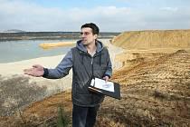 KONTROVERZNÍ PÍSKOVNA. Vladimír Drobný z občanského sdružení Ochrana přírody a rozvoj obce Předonín ukazuje rekultivované plochy pískovny Dobříň.