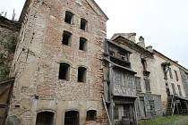 Hlavní lokací, kde se seriál podle světoznámé předlohy spisovatele Alexandra Dumase natáčí, je ženský premonstrátský klášter z 12. století v Doksanech