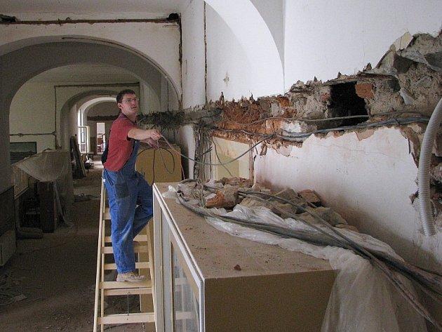 Rekonstrukce roudnického gymnázia je v plném proudu.